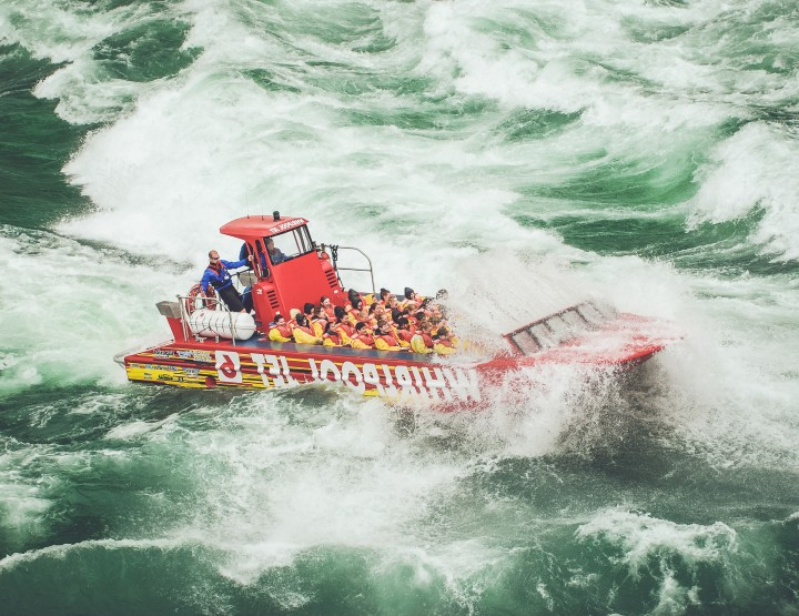 Scheur met een jet boat over de Niagara rivier in Canada