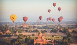 Vlieg met een luchtballon over Bagan in Myanmar