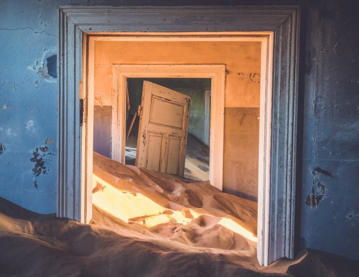 Bezoek de spookstad Kolmanskop in Namibië