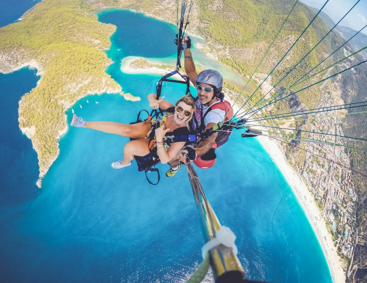 Ga paragliden over de Blue Lagoon in Oludeniz, Turkije