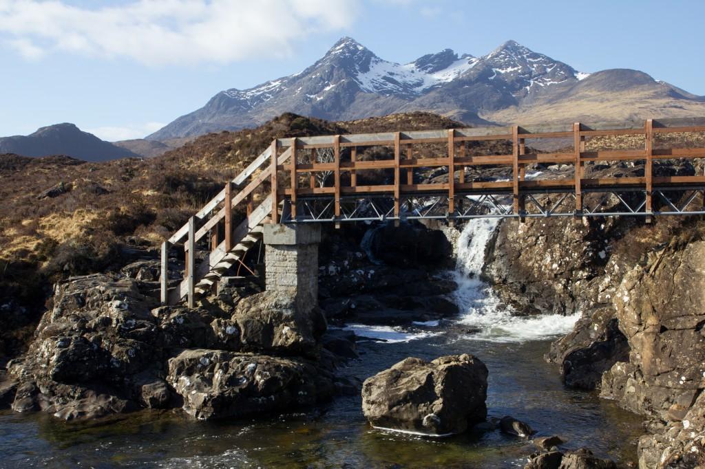 Een houten brug langs een van de vele wandelpaden vanuit Sligachan