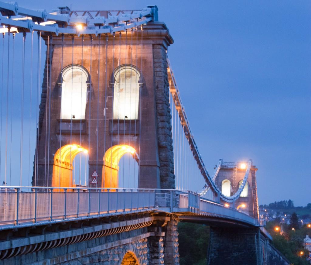 Deze imposante brug vormt de verbinding tussen het vaste land en het de gelijknamige plaats op het schiereiland Anglesey
