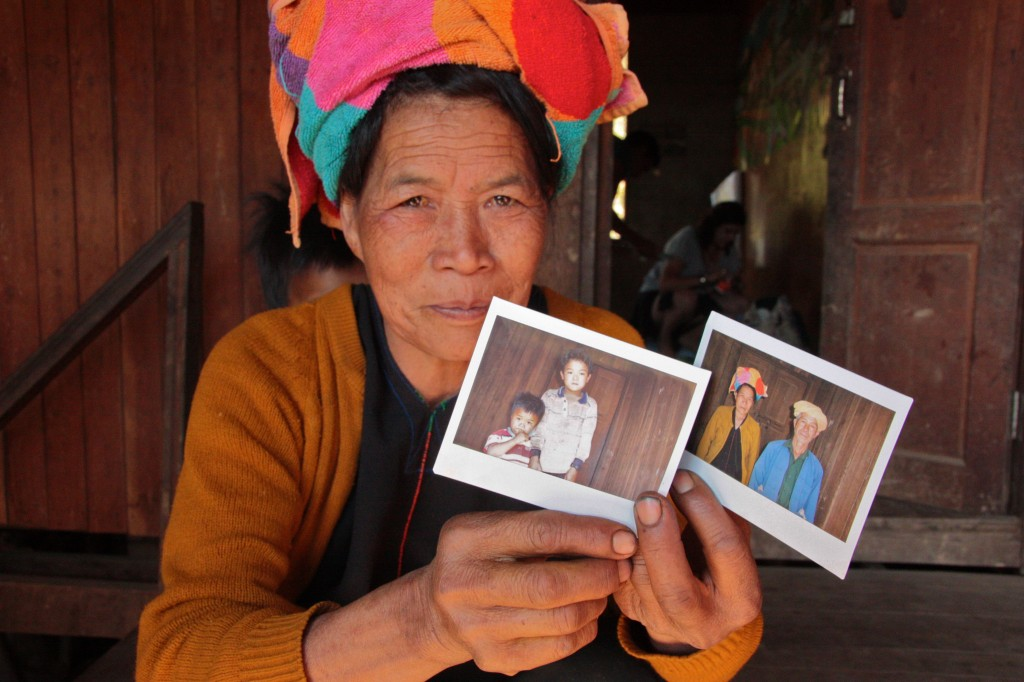 Gastvrouw in Birma met polaroid
