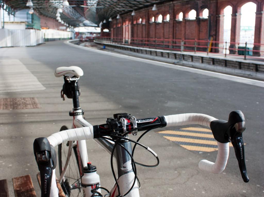 Met de fiets op de trein wachten na afloop van de route