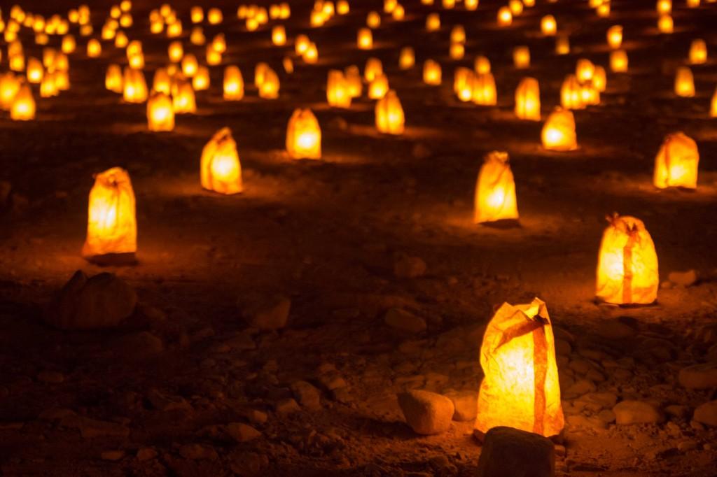 Een grote hoeveelheid opgestelde kaarsjes maakt een bezoek aan Petra in de avond een magische ervaring